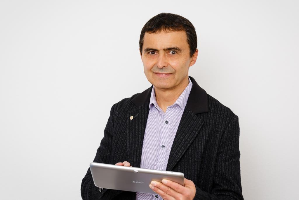 Foto von Stefan Schiebold mit Tablet in den Händen
